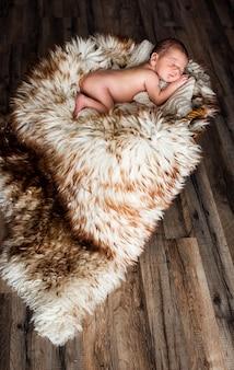 Маленький ребенок спит в корзине