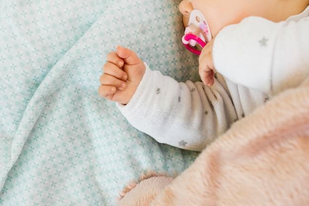 Маленький ребенок спит в постели Premium Фотографии