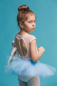 La piccola ballerina balerina su sfondo blu