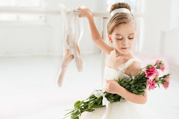 Маленькая балерина девушка в пачке. очаровательный ребенок танцует классический балет