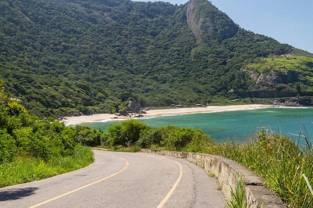 브라질 리우데 자네이루 서쪽에있는 작은 해변.