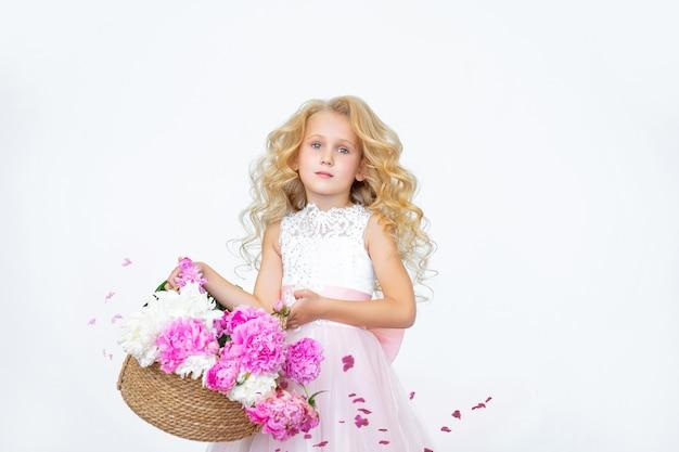 실내 흰색 표면에 모란과 고급 드레스에 아름 다운 아이 소녀