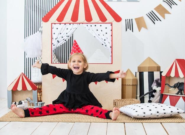 축제 서커스에서 노는 어린이 놀이방에 있는 아름다운 어린 소녀