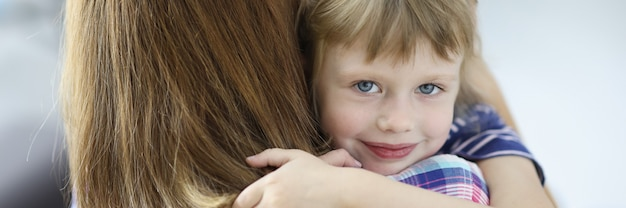 Маленькая красивая девочка обнимает свою мать и улыбается портрет. социальные гарантии для женщин с детьми при разводе концепции