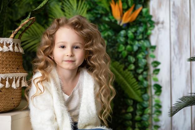 ポーズをとる小さな美しい少女