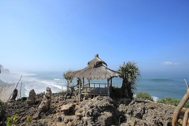 Маленькая красивая деревянная хижина на прекрасном пляже