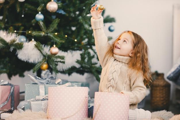 Piccola neonata bionda che aiuta decorare
