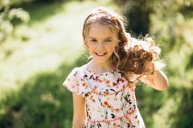 公園の小さなブロンドの女の子