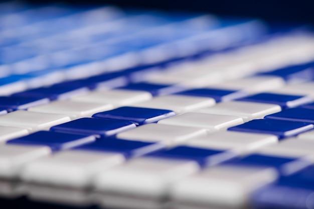 작은 파란색 세라믹 타일, 매크로 촬영, 마졸리카. 카탈로그