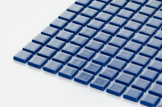 마졸리카 흰색 배경에 작은 파란색 세라믹 타일. 카탈로그