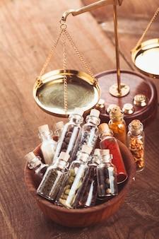 Бутылочки со специями в деревянной миске на кухне. ретро украшения