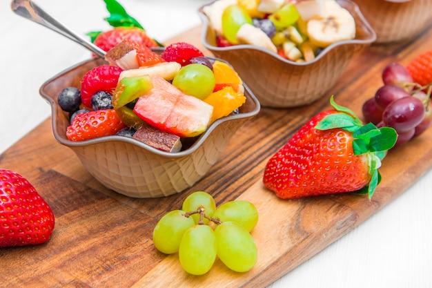 과일 샐러드와 작은 그릇