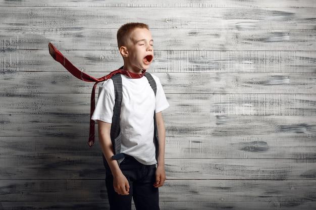 Маленький мальчик против мощного воздушного потока в студии