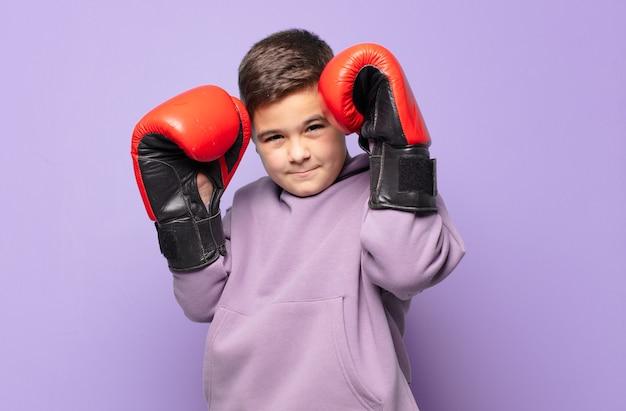 어린 소년 화난 표정. 권투 개념