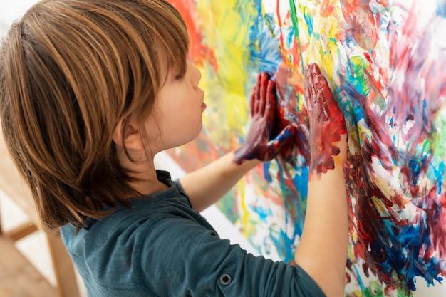 집 그림에서 어린 소년