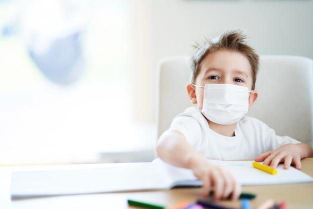 コロナウイルスパンデミック時の自宅検疫中の少年