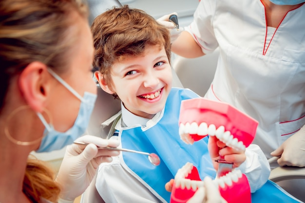 歯科医院で小さな男の子。