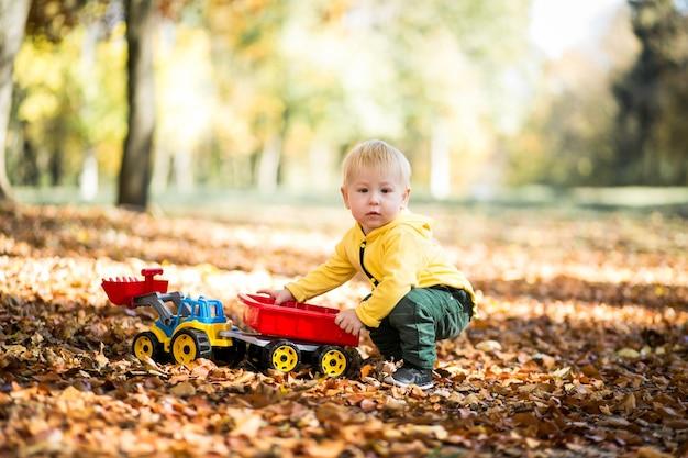 Ragazzino nel parco di autunno