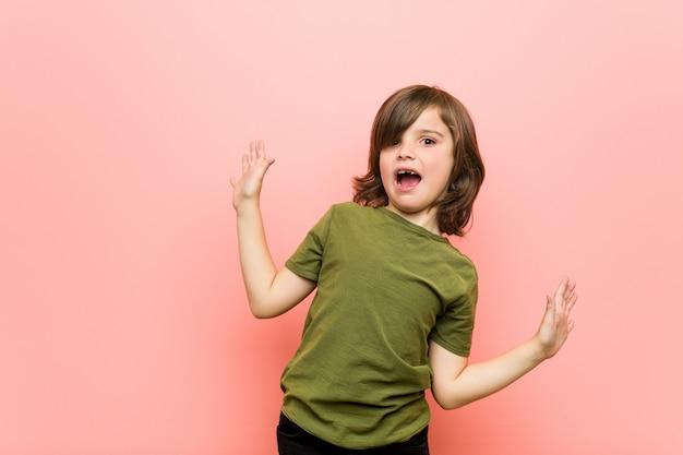Маленький мальчик в шоке от неизбежной опасности