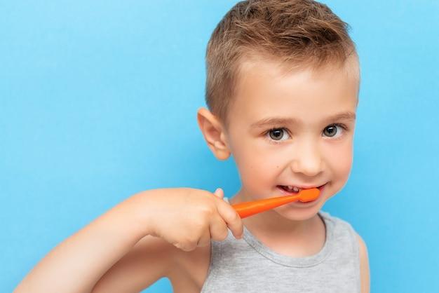手動歯ブラシで歯を磨く少年