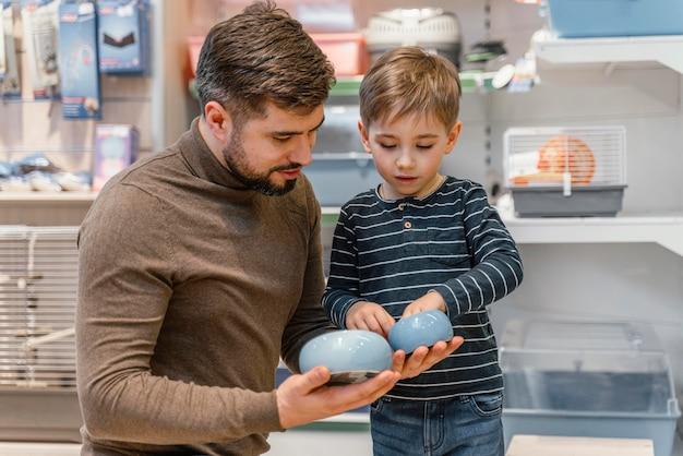 Маленький мальчик проверяет продукты зоомагазина