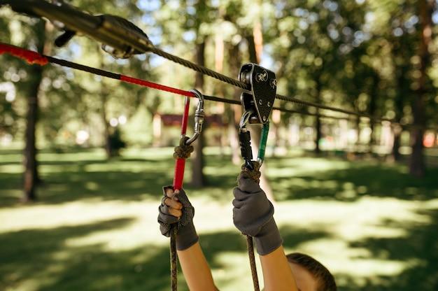 어린 소년 로프 공원, 놀이터에서 상위 뷰 산악인에 올라. 현수교에 등반하는 어린이, 휴가철 익스트림 스포츠 모험, 야외 엔터테인먼트