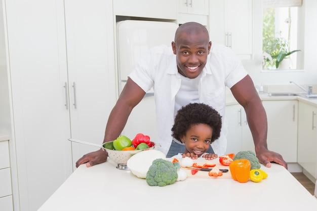 父親と一緒に小さな男の子を料理する