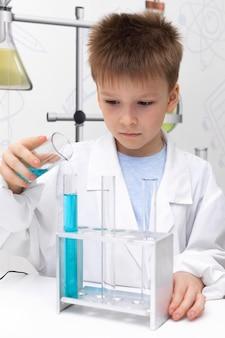 학교에서 과학 실험을하는 어린 소년