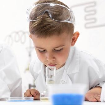学校で実験をしている少年
