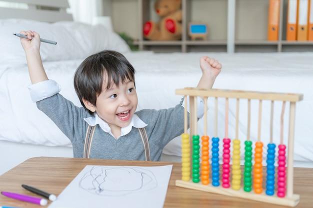 Маленький мальчик, рисунок в белой бумаге с наслаждением