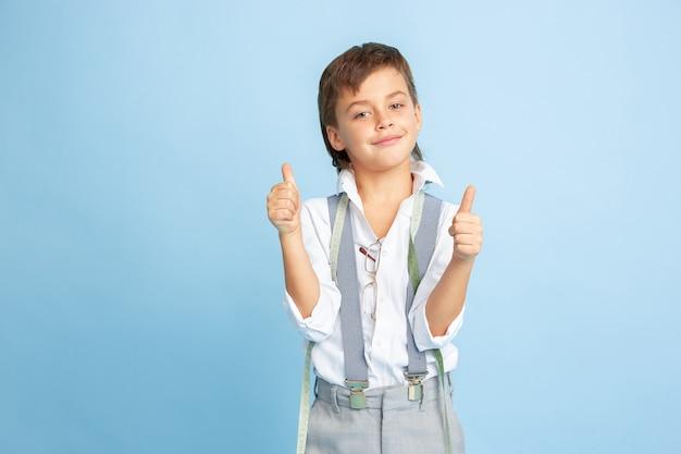 재봉사의 미래 직업에 대해 꿈꾸는 어린 소년