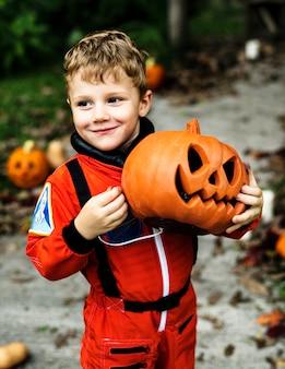 Маленький мальчик, одетый в хэллоуин