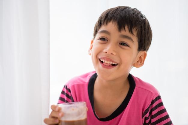 ミルクビンテージカラースタイルを飲む少年