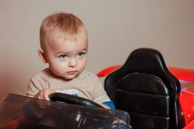 電気自動車を運転している小さな男の子