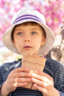 Ragazzino che mangia il gelato
