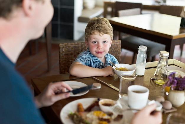 아침 식사를 즐기는 소년