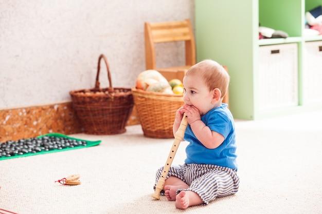 다양한 악기를 가지고 열정적으로 노는 어린 소년