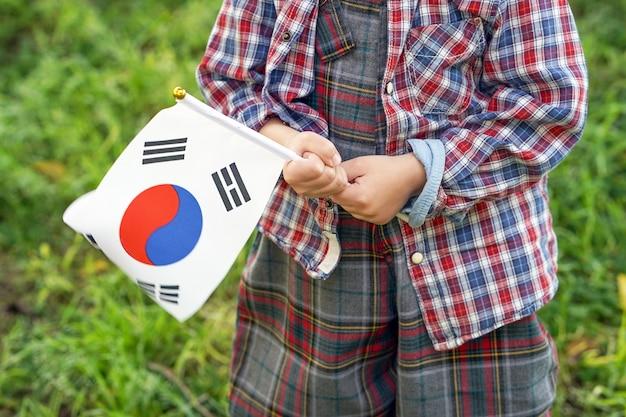 Маленький мальчик руки держат флаг