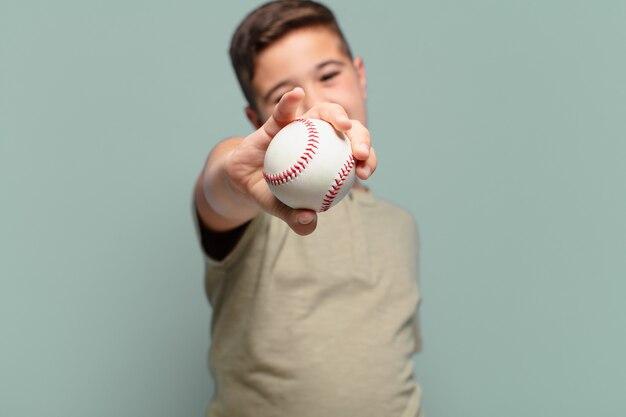 Маленький мальчик счастливое выражение бейсбольной концепции