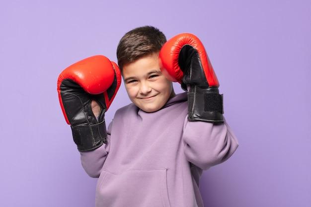 Маленький мальчик счастливое выражение бокса концепция