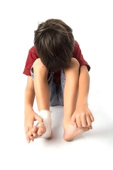 Маленький мальчик попал в аварию, ему на ногу нужна повязка для оказания первой помощи