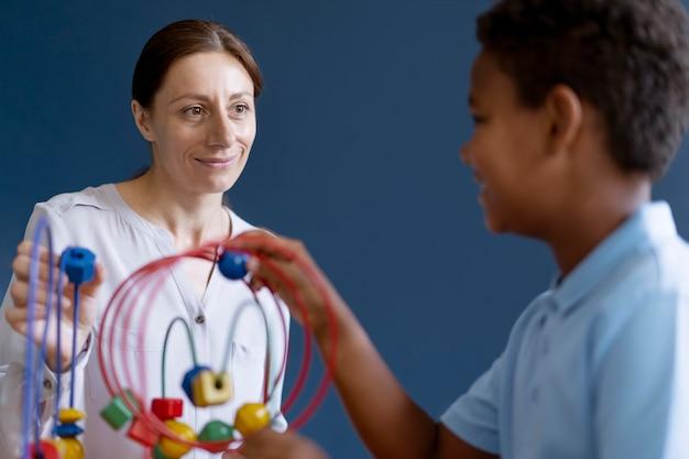 심리학자와 작업 치료 세션을 갖는 어린 소년