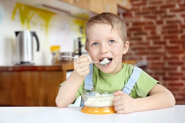 Маленький мальчик, позавтракав на кухне
