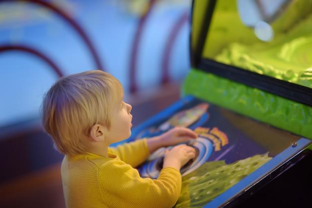 Маленький мальчик с удовольствием в игровой центр