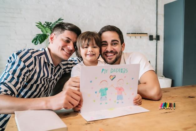Маленький мальчик веселится со своими родителями, оставаясь дома вместе. семейное понятие.