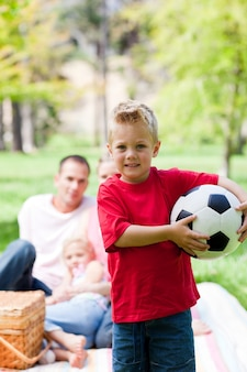 サッカーボールを持っている小さな男の子