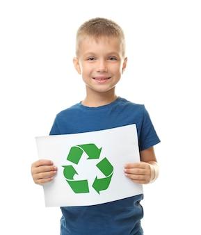 Маленький мальчик держит лист бумаги с символом переработки на белом фоне