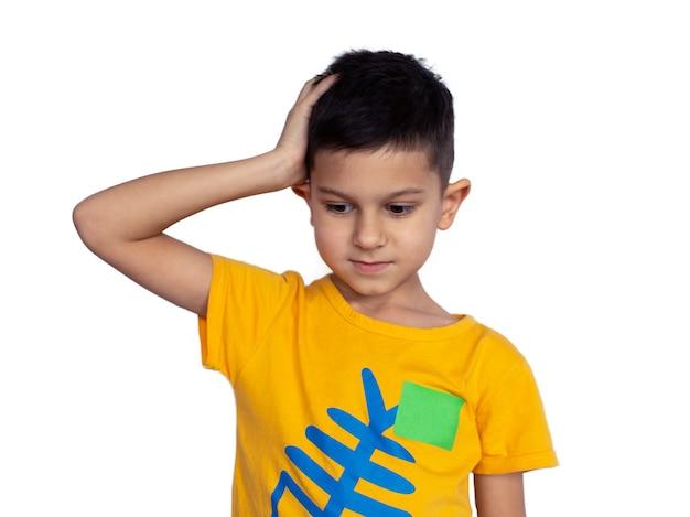 Маленький мальчик держит голову