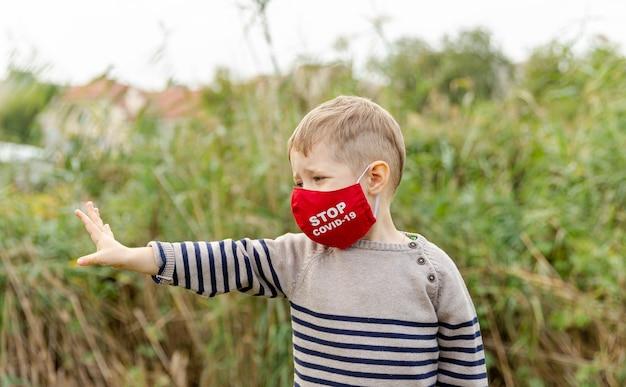 보호 마스크에 작은 소년. 코로나 바이러스 예방