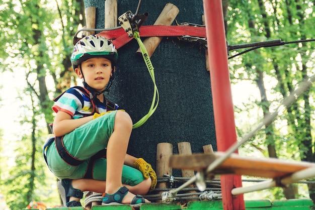 Маленький мальчик в парке приключений